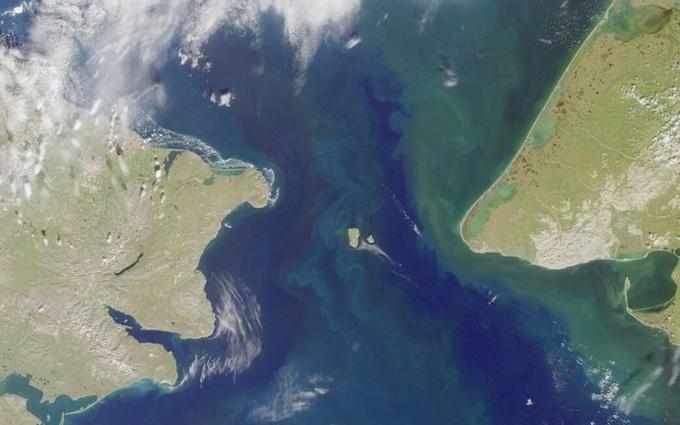 Ảnh chụp từ vệ tinh của hai hòn đảo Big Diomete và Little Diomete nằm trên eo biển Bearing, Thái Bình Dương.