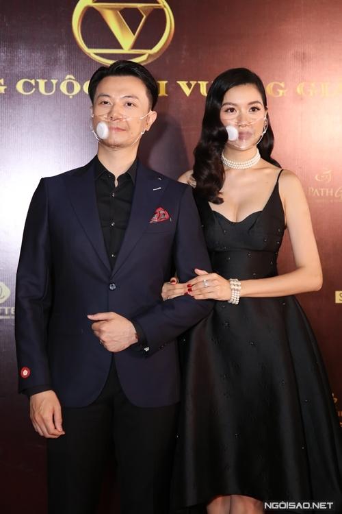 Á hậu Thúy Vân đi xem phim cùng ông xã.