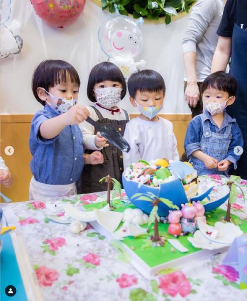 Rafael hào hứng cắt bánh sinh nhật hình các chú lợn Peppa cùng các bạn. Cậu bé hiện đã có em trai gần 1 tuổi. Rafael có khuôn mặt giống bố nhiều hơn là mẹ.