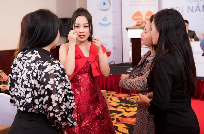 Minh Hương được hội chị em khen ngợi sắc vóc. Cô nhiệt tình chia sẻ các bí quyết làm đẹp, chăm sóc bản thân cũng như cải thiện tinh thần để sống khỏe mạnh và hạnh phúc khi làm mẹ.