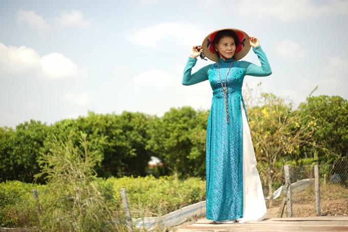 Nhờ cách giữ gìn sắc vóc tốt nên cô Ngọc Hương dễ dàng diện các mẫu áo dài ôm khít eo, tôn vóc dáng người mặc.