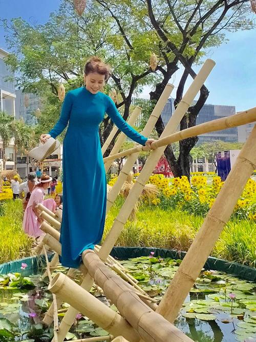 Khi diện áo dài đơn sắc, mẹ vợ của Kim Lý thường thích cách mix đồ ton-sur-ton để mang lại sự thanh thoát cho hình thể.