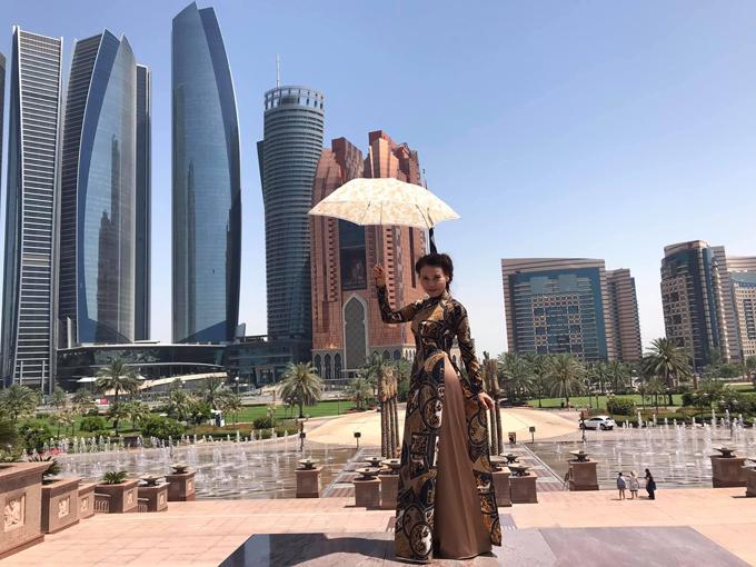Với trang phục tông trầm, cô Ngọc Hương khéo chọn lựa các mẫu họa tiết in hiện đại để khiến phong cách thời trang cá nhân trở nên cuốn hút hơn.