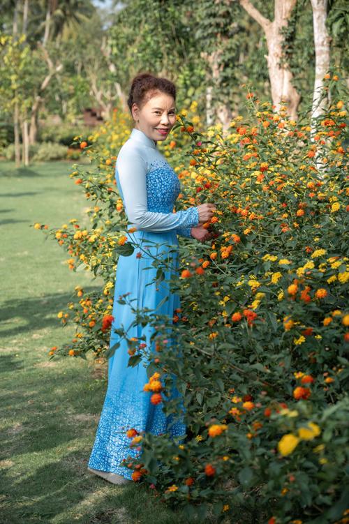 Bước vào tuổi 64, cô Ngọc Hương giúp mình luôn có được sự rạng rỡ và trẻ trung so với tuổi với các thiết kế gam màu tươi sáng, họa tiết đơn giản.