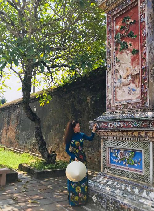 Khi sử dụng vải hoa để may áo dài, mẹ của Hồ Ngọc Hà cũng chọn lựa khéo léo chứ không sa đà vào hoa văn, họa tiết quá sặc sỡ.