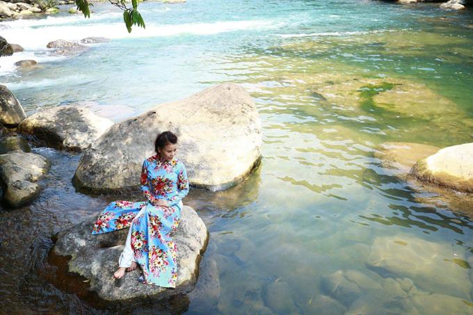 Mỗi khi có dịp đến thăm những danh lam thắng cảnh đẹp của quê hương, mẹ của Hồ Ngọc Hà cũng luôn chọn áo dài để lưu giữ lại những kỷ niệm đáng giá.