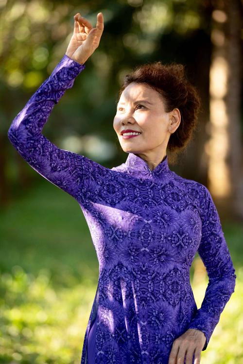 Theo cô Ngọc Hương, áo dài là trang phục cô trân quý và yêu thích nhất. Vì nó là hồn Việt và làm cho người mặc luôn nhẹ nhàng, thanh thoát.