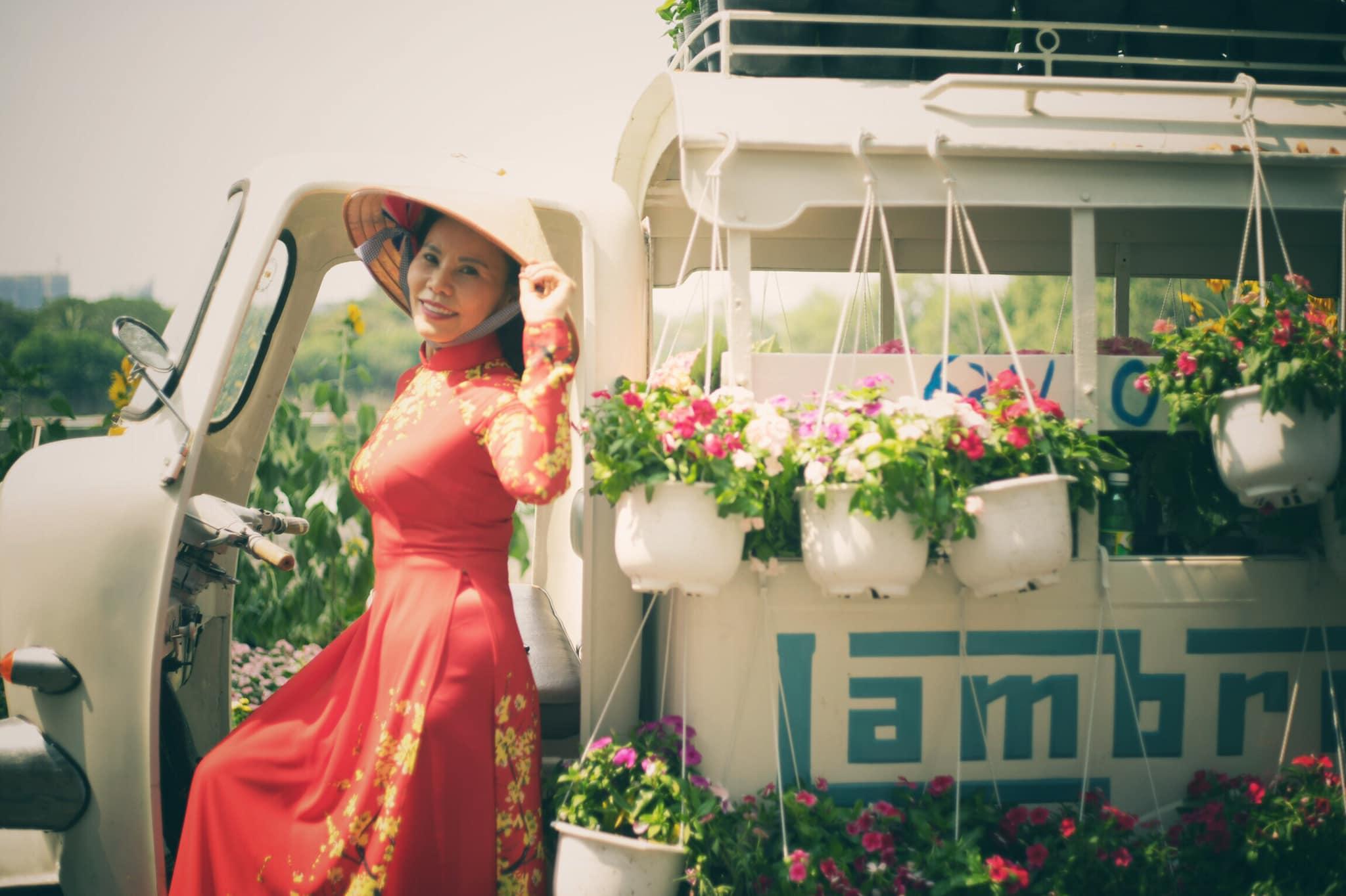 Cô Ngọc Hương chuộng các mẫu áo dài phom dáng truyền thống, tông màu tươi sáng như đỏ, tím, xanh khiến người mặc có được cảm giác phấn chấn, yêu đời hơn.
