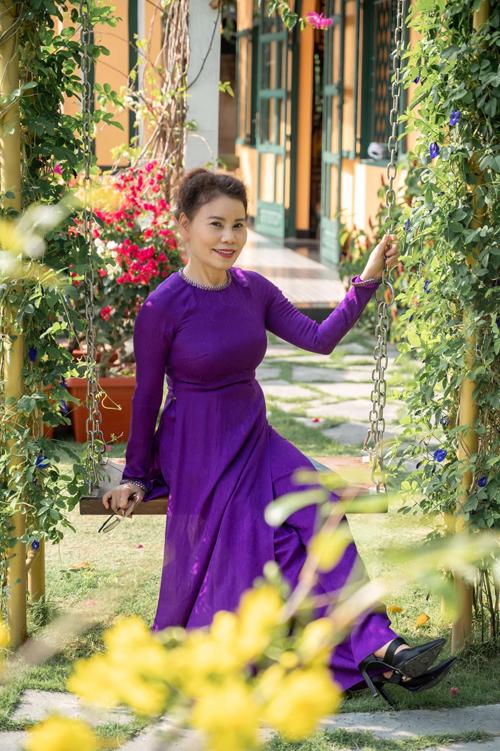 Trang phục tôn lên nét dịu dàng của người phụ nữ Việt Nam luôn được mẹ Hồ Ngọc Hà sử dụng ở nhiều không gian bối cảnh.