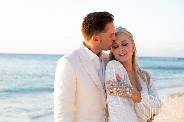 Paris Hilton và vị hôn phu Carter Reum.