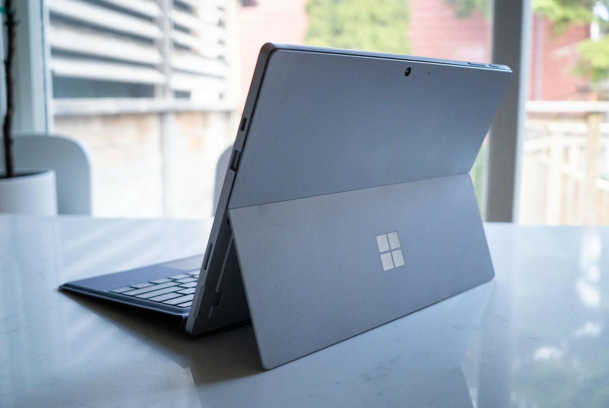 Surface Pro với bàn phím tích hợp. Ảnh: OneZero