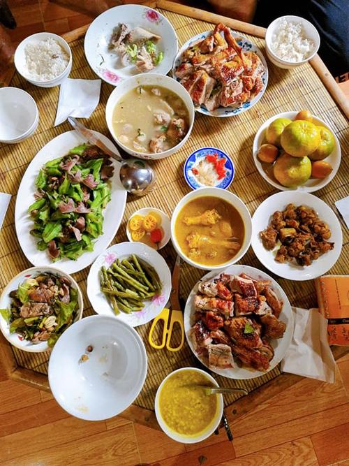 Gà nướng, thịt nấu cùng lá mắc mật cũng là các món mà chị Sao hay làm.