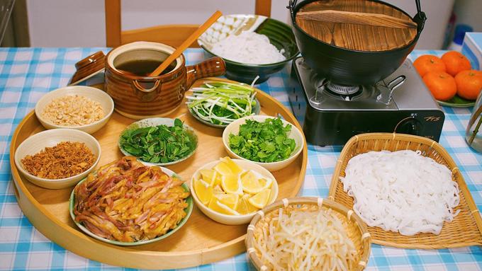 Phở gà trộn nước dùng như cách nấu phở gà nước. chọn gà mái khoảng 1,5 kg, nấu nướng dùng từ sá sùng khô. Chị Hoa chọn sá sùng mình dày, màu trắng ngà, mùi thơm. Với phở trộn, chị Hoa pha nước trộn chua ngọt theo tỷ lệ 1 thìa cơm nước tương/xì dầu : 1 thìa cơm đường :1/2 thìa cơm giấm : 3 thìa nước dùng phở. Khi ăn, đun cho nước mắm ấm rồi cho ớt băm nhỏ cùng hạt tiêu vào. Nước trộn sẽ không quá mặn và chua, có vị ngọt nhiều hơn. Có thể múc thêm một bát nước dùng phở nóng, cho hành mùi để ăn cùng phở trộn.