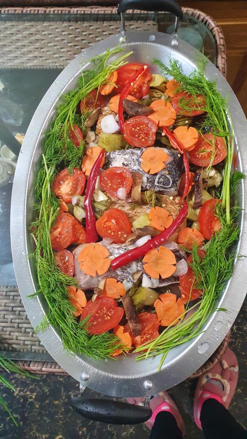 Ngoài các món ăn đặc trưng Tây Bắc, chị Sao cũng hay biến tấu các món lạ miệng, giúp gia đình đổi vị. Cá om được tẩm ướp đủ gia vị, cho lên bếp nấu lửa vừa, để cả nhà vừa quây quần bên nhau, vừa cùng thưởng thức món ăn nóng hổi.