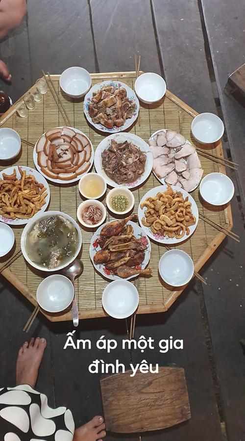 Trong mâm cơm của cặp vợ chồng có nhiều món ăn Tây Bắc, các loại gia vị đặc trưng của vùng núi Cao Bằng. Chị Sao bảo chồng nghiện cơm vợ nấu do chị đã nấu quen tay cho chồng suốt 4 năm nay, rất hiểu khẩu vị của chồng.