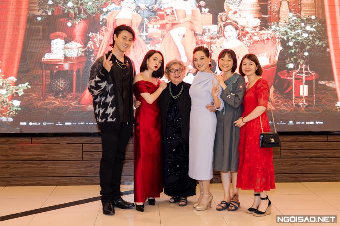NSƯT Lê Mai diện áo dài đến chúc mừng con gái ra mắt phim.