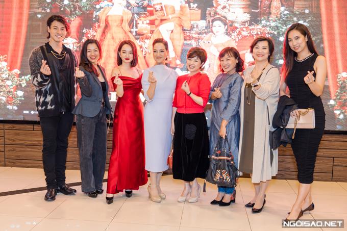 NSƯT Ngọc Huyền (áo đỏ) đến ủng hộ NSND Lê Khanh. Cả hai từng có thời gian dài hoạt động chung tại Nhà hát Tuổi Trẻ.