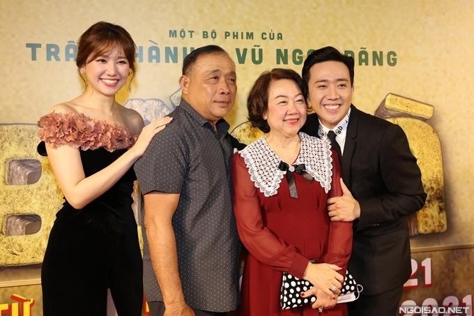 Bố mẹ ruột cùng bà xã Hari Won có mặt trong buổi ra mắt phim, ủng hộ Trấn Thành. Bộ phim được lấy chất liệu từ chuyện thật của gia đình anh.