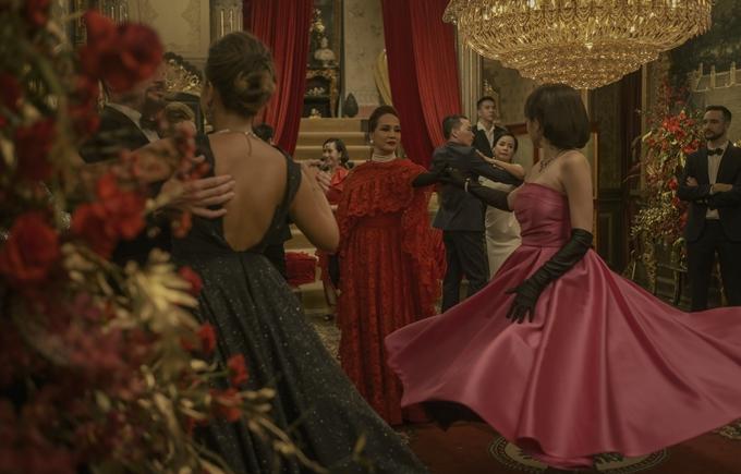 Cảnh khiêu vũ trong bữa tiệc được bài trí xa hoa, dựng cảnh tỉ mỉ, thiết kế phục trang cầu kỳ.