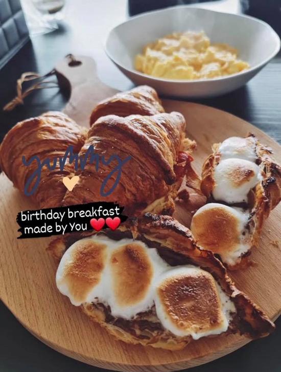 Ngô Thanh Vân khoe bữa sáng tình yêu ngày sinh nhật được bạn trai làm tặng. Bên ngoài là bánh sừng bò xốp xốp, bên trong là trứng chiên, thịt xông khói, ăn cùng trứng bác... được bày biện đẹp mắt trên thớt gỗ đủ tiêu chuẩn nhà hàng.