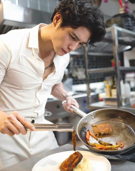 Dù là chủ nhà hàng, Huy Trần vẫn thường xuyên đứng bếp. Ngoài các món Âu, anh chàng cũng đam mê thử nghiệm đồ ăn ở các quốc gia khác nhau. Mới đây, đôi tình nhân khoe khoảnh khắc hẹn hò ở một nhà hàng Thái Lan.