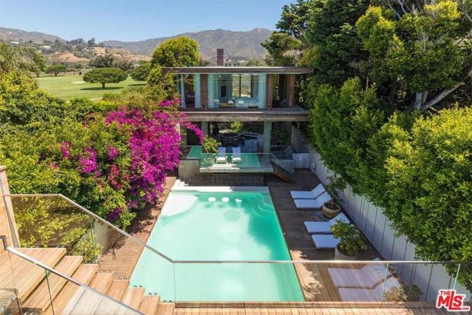 Ngôi nhà của Pamela Anderson ở Malibu rộng gần 600 m2, được xây dựng hài hòa với thiên nhiên, phía sau là rừng cây, núi đồi, phía trước hướng ra đại dương.