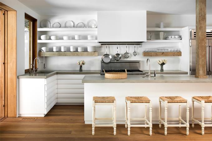Căn bếp ngăn nắp, sạch sẽ với tông màu trắng sáng.