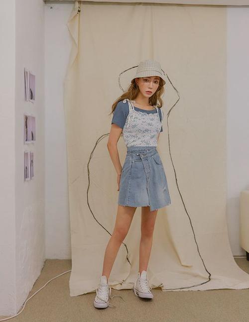Sử dụng áo hai dây cùng áo thun ôm, chân váy hoặc quần suông là công thức mix đồ được tín thời trang yêu thích ở đầu mùa hè.