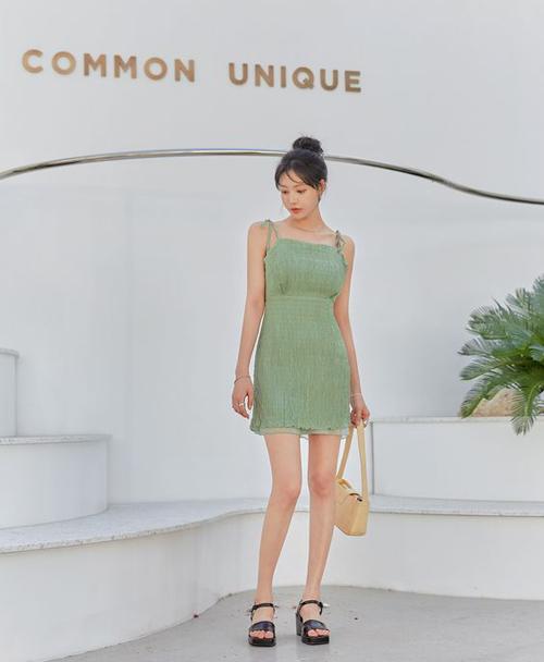 Đầm xanh cốm, xanh bơ phù hợp với bạn gái có làn da sáng. Mẫu đầm ngắn dễ hack dáng có thể mix cùng túi kẹp nách, sandal đế thô để đi dạo phố.