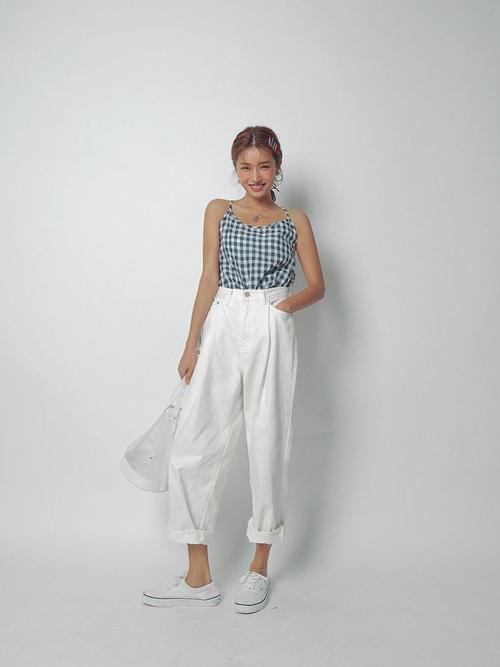 Chất liêụ vải cotton thoáng mát trong mùa nắng được thêm điểm nhấn hoạ tiết ca rô mang lại nét trẻ trung cho phái đẹp.