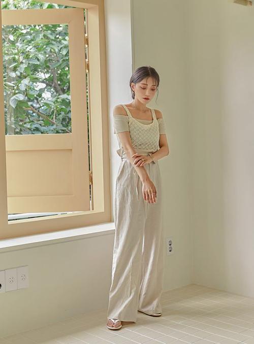 Ngoài các mẫu áo thun thông dụng, trang phục hai dây còn được mix-match nhiều kiểu để tạo điểm nhấn cho người mặc.