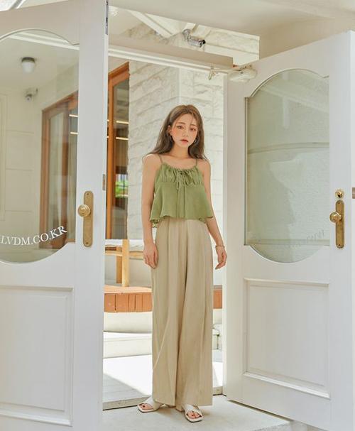 Nếu muốn giải phóng hình thể một cách tối đa thì phái đẹp có thể tham khảo các mẫu áo lửng, quần suông trên chất liệu vải thô.