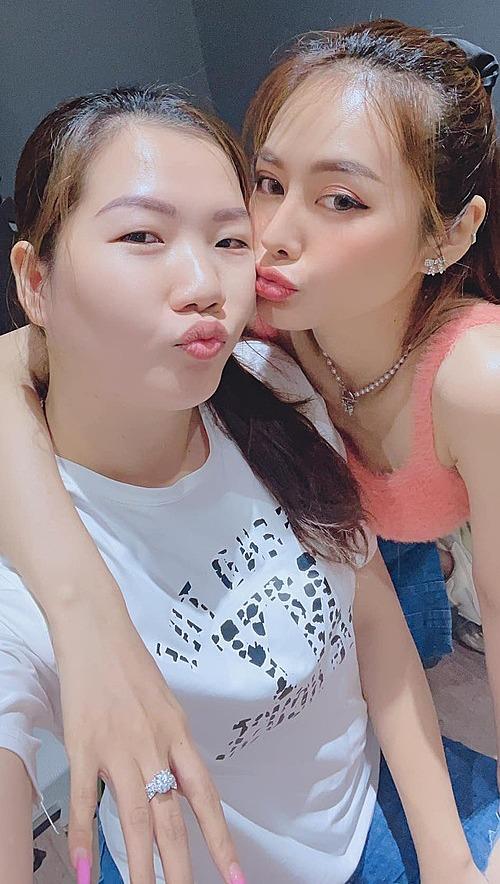Linh Chi thân thiết với Thúy Kiều - trợ lý của Ngọc Trinh.