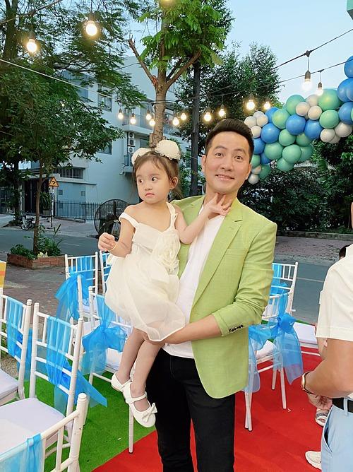 Ca sĩ Phi Hùng đến dự sinh nhật con nhà ca sĩ Vy Oanh.
