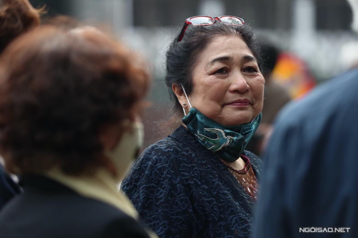 Nghệ sĩ Kim Xuyến ánh mắt đượm buồn hướng nhìn về phía tổ chức tang lễ.