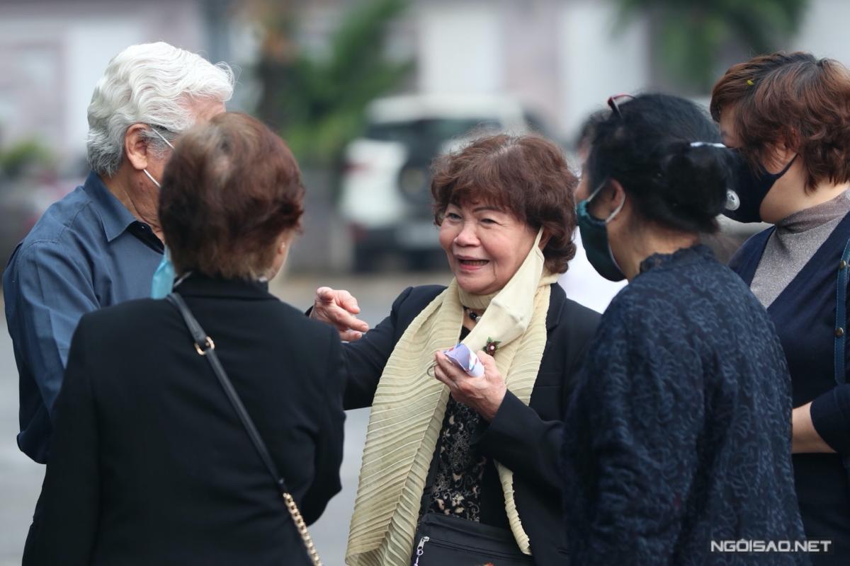 Nghệ sĩ Ngọc Tuyết có mặt từ sớm để tiễn biệt NSND Trần Hạnh.