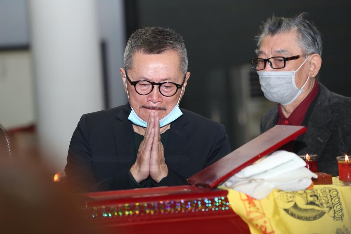 NSƯT Trần Đức cũng xúc động tiễn đưa cố nghệ sĩ.