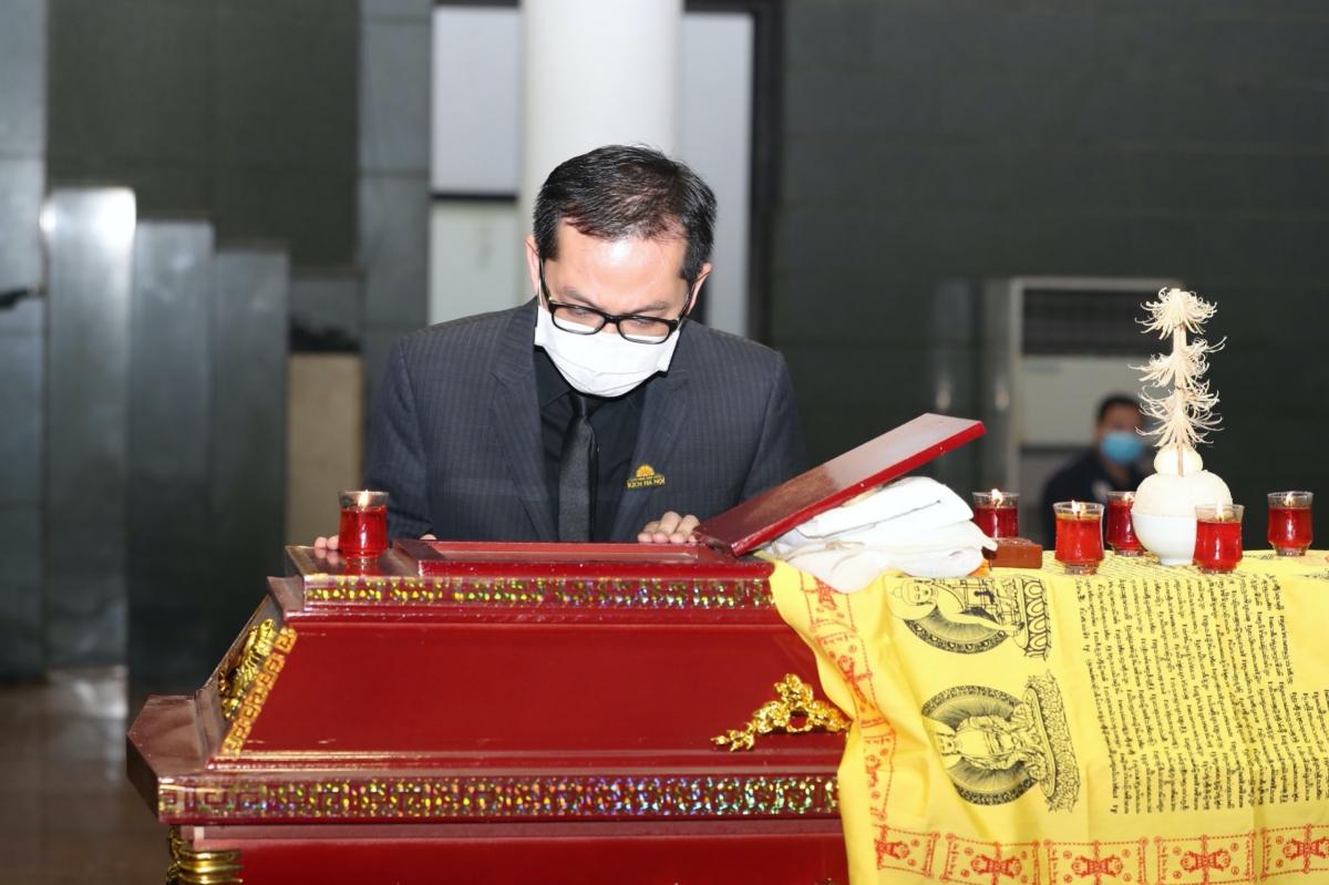 Nghệ sĩ Trung Hiếu cúi đầu trước linh cữu bày tỏ sự kính trọng với NSND Trần Hạnh.