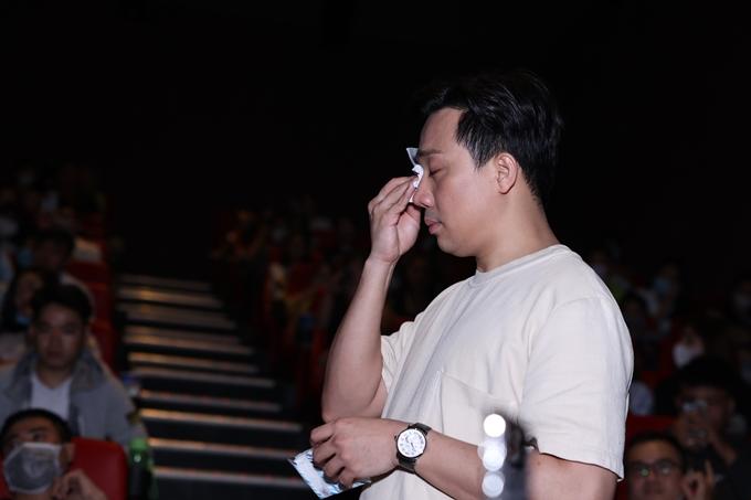 Trấn Thành khóc khi giao lưu khán giả của Bố già tại rạp chiếu tối 5/3.