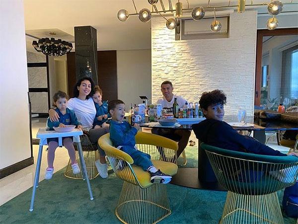 Các con của C. Ronaldo sống sung túc từ nhỏ nên anh sợ rằng các bé có thể thiếu khao khát và động lực phấn đấu. Ảnh: Instagram.