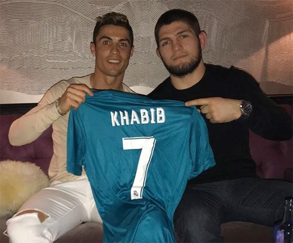 C. Ronaldo và võ sĩ Khabib Nurmagomedov có mối quan hệ thân thiết ngoài đời. Ảnh: Instagram.