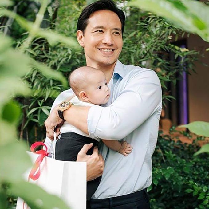 Kim Lý và Hà Hồ cũng chịu khó đưa con ra những nơi có cây xanh để các bé hít thở khí trời trong lành vào cuối tuần.
