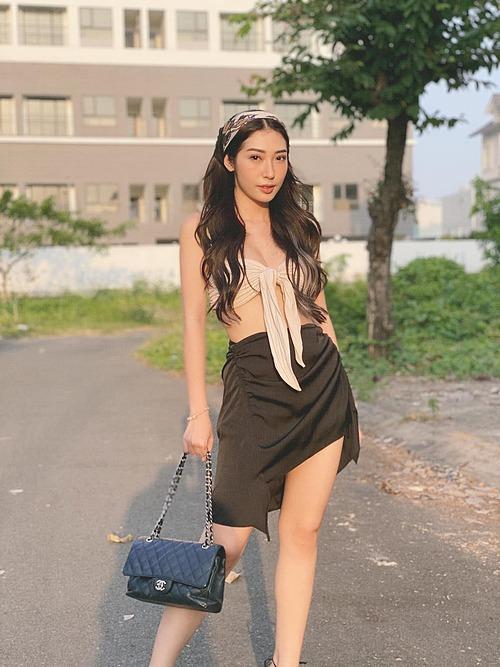Ca sĩ Khổng Tú Quỳnh mặc sexy khoe vẻ đẹp gợi cảm.