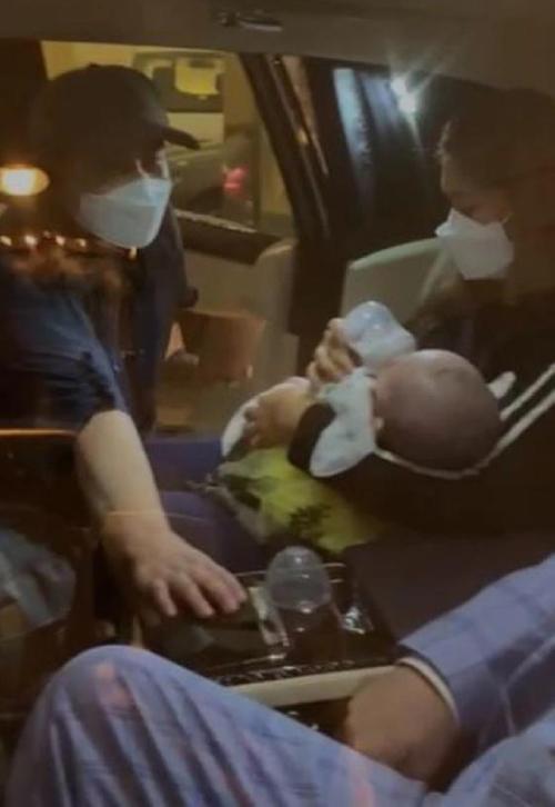 Gia đình ông Lưu ở sân bay.