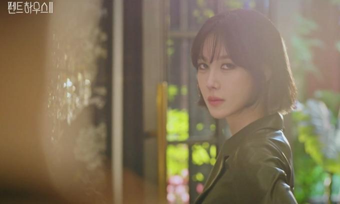 Lee Ji Ah trở lại đầy sắc lạnh trong Penthouse 2.