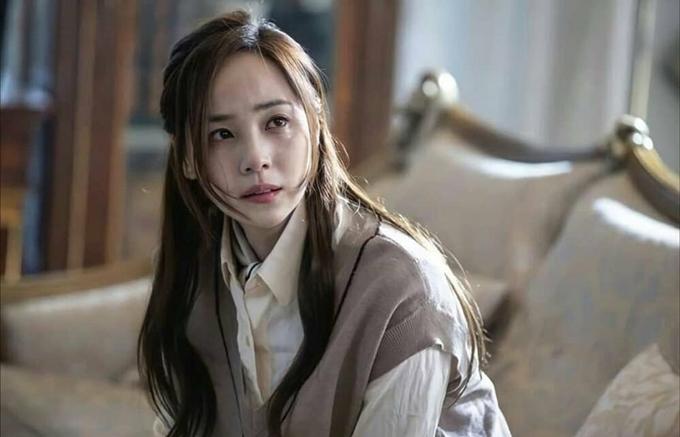 Yoon Hee suy sụp trước tai họa của con gái.