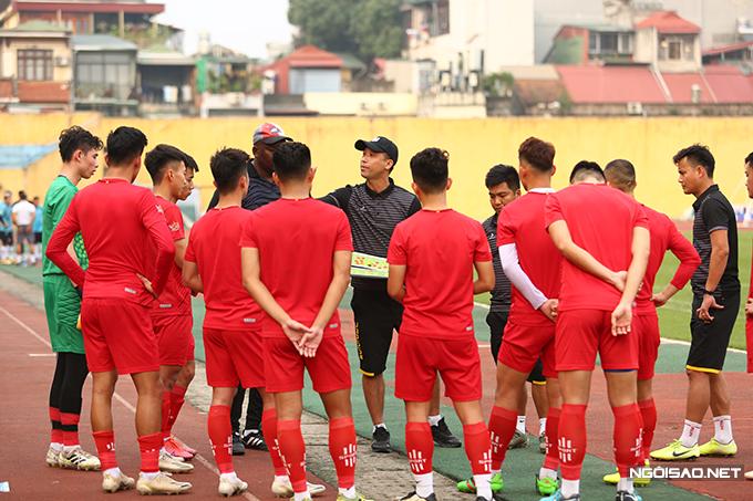 Cựu tuyển thủ 39 tuổi trao đổi chiến thuật với các học trò trước khi trận đấu diễn ra.
