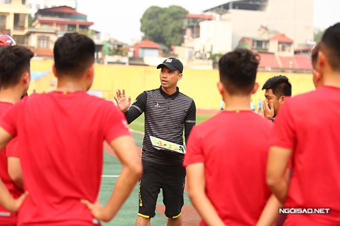 Như Thành áp dụng lối chơi sơ đồ 3 trung vệ cho Phú Thọ. Đây là sơ đồ đội tuyển Việt Nam giành được nhiều thành công dưới thời HLV Park Hang-seo. Như Thành cho biết anh đã dành ba tuần để quan sát và học hỏi từ HLV Park trong đợt tập trung tuyển Việt Nam hồi cuối năm 2020.
