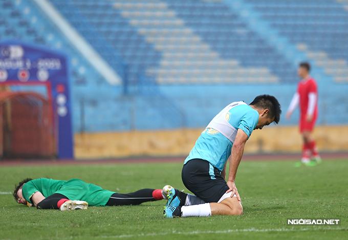 Tuy nhiên sang hiệp hai, Phú Thọ không thể cầm cự khi Hà Nội tung vào sân đội hình mạnh nhất. Đội chủ sân Hàng Đẫy ghi thêm 4 bàn để ấn định chiến thắng 5-0, trong đó có cú đúp của đội trưởng Văn Quyết.
