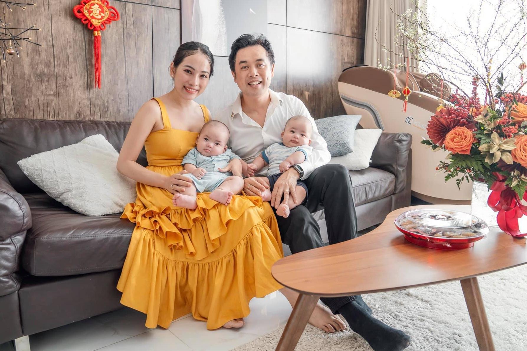 Mickey và Jerry là quả ngọt của hôn nhân nhạc sĩ Dương Khắc linh - ca sĩ Sara Lưu, chào đời ngày 21/10/2020. Sara Lưu chia sẻ: Hiện tại, hai con trộm vía phát triển tốt, lên cân đều và thích hóng chuyện với bố mẹ.